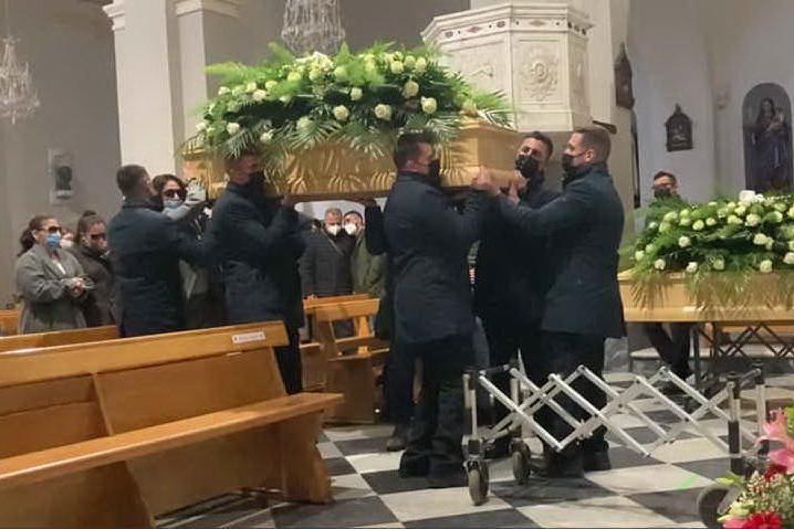 I funerali di Steven e Angelica, morti nell'incidente a Villasor