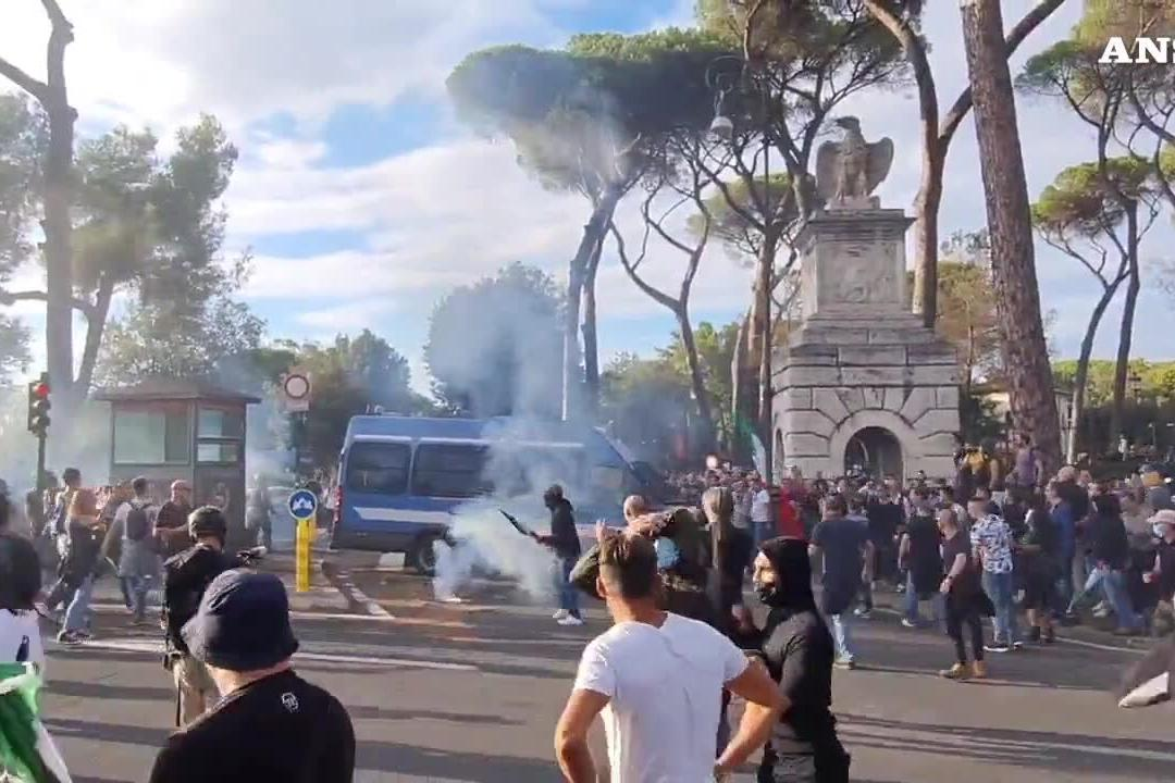Guerriglia a Roma: lacrimogeni e idranti contro i manifestanti No green pass