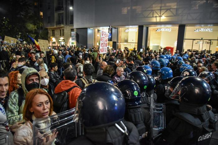 Tensione al corteo No Green Pass aMilano, 10mila persone in piazza