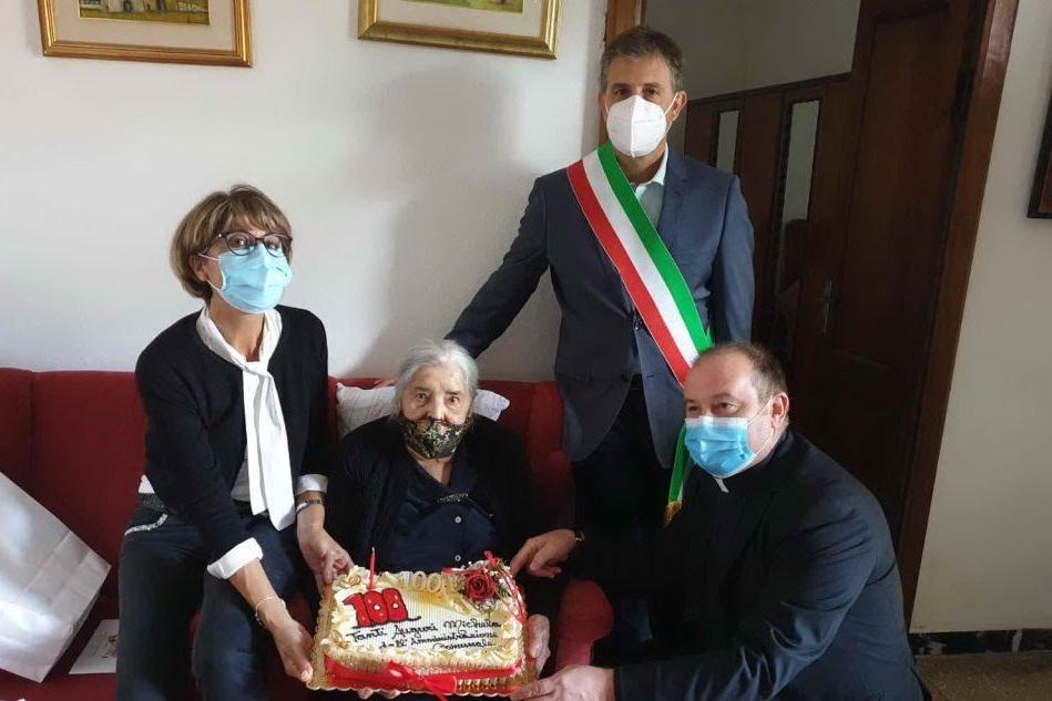 Simaxis ha la sua centenaria: la festa di Michela Angela Marras