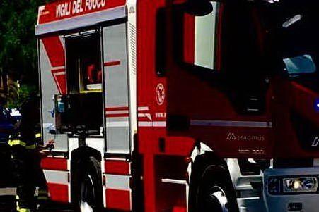 Attentato incendiario a Santa Giusta, a fuoco l'auto di un militare