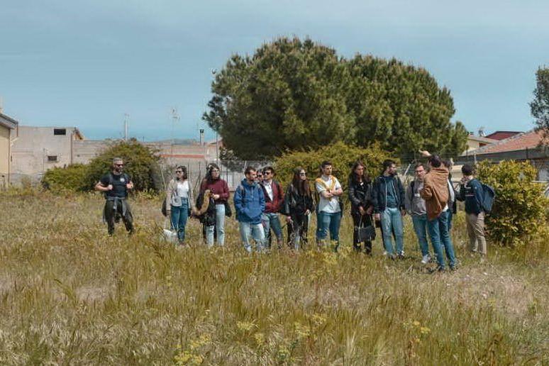 Giovani al lavoro negli spazi verdi di Sinnai (foto IMMOI)