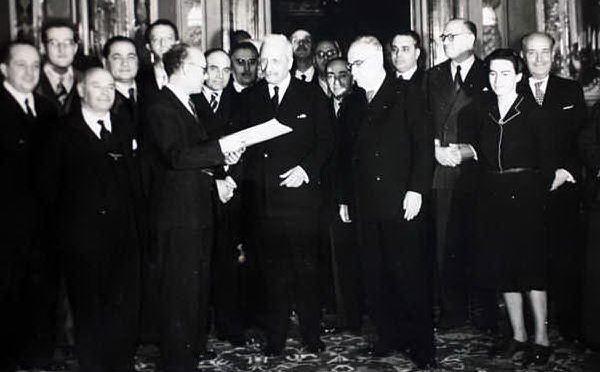 Il decreto sul suffragio universale, sulla destra la più giovane donna costituente, Teresa Mattei