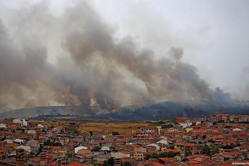 Uno degli incendi di questi giorni (foto L'Unione Sarda)