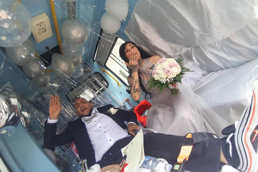 Dall'ospedale al Comune in ambulanza per il matrimonio: così Matteo e Johara hanno coronato il loro sogno d'amore