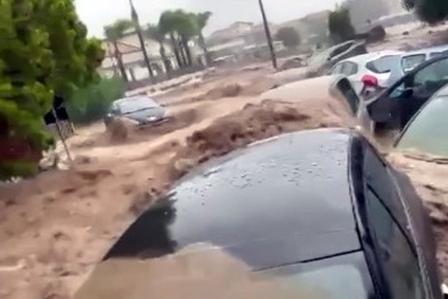 Maltempo, coppia travolta da un fiume d'acqua e fango: continuano le ricerche