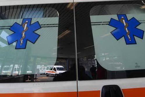 Accusa un malore e l'ambulanza arriva dopo 50 minuti: donna muore in piazza