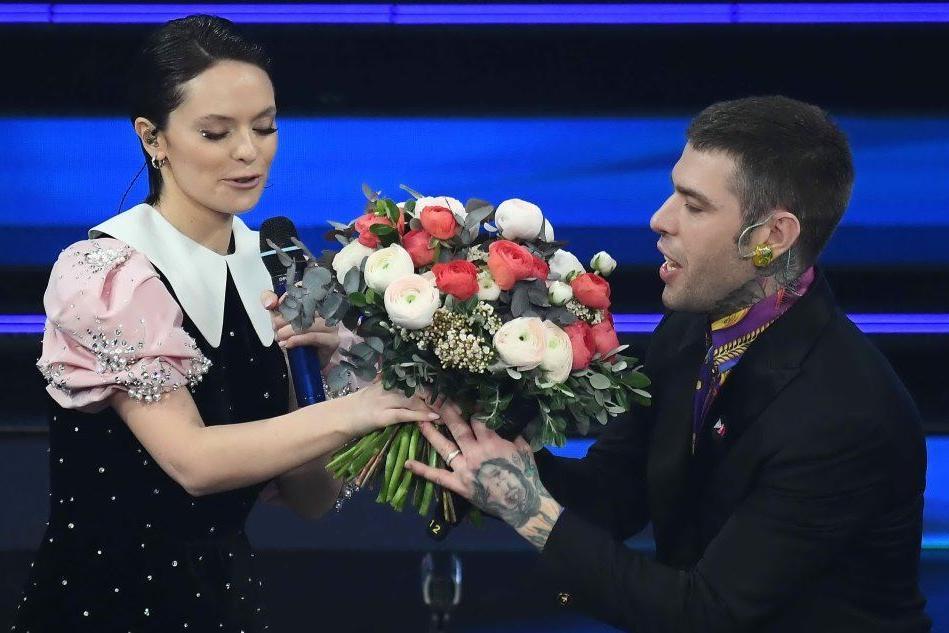 """Fedez e Michielin, a Sanremo per """"cantare la speranza"""". E lei gli regala i fiori"""