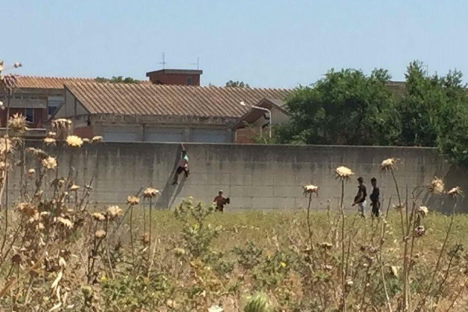 Monastir, migranti in fuga dal centro di accoglienza VIDEO