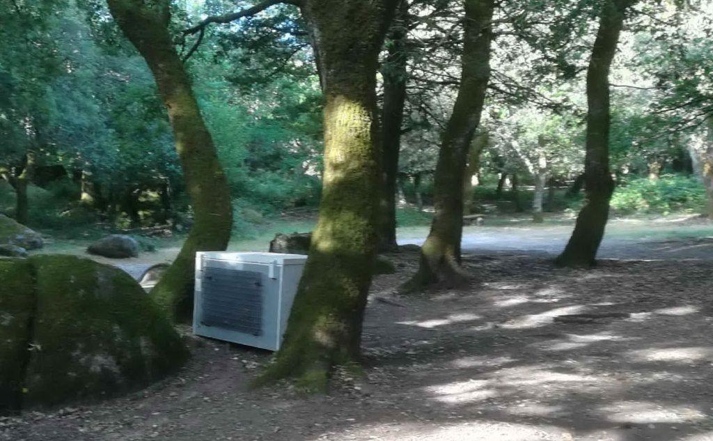 Il frigorifero tra gli alberi (Foto A.Tellini)