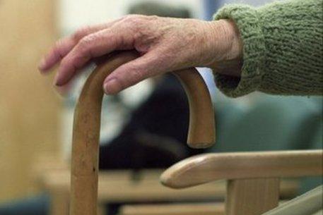 Anziano era sposato con la badante senza saperlo: lei e il compagno gli prendono la casa e 200mila euro