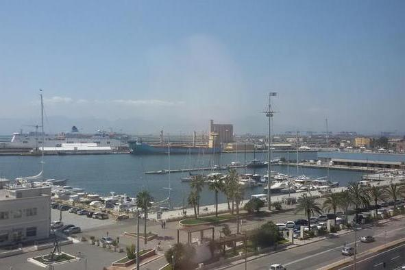 Il porto di Cagliari (Ansa)