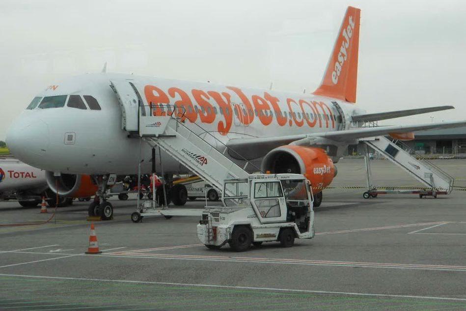 Tutti a bordo con la mascherina: i voli per l'Isola scaldano i motori