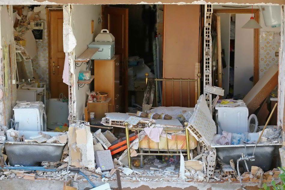 Una drammatica immagine di una casa che non c'è più