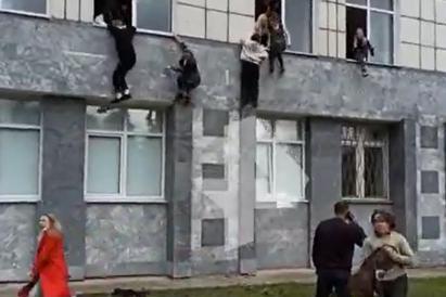 """Sparatoria in università,gli studenti fuggono dalle finestre:""""Morti e feriti"""""""