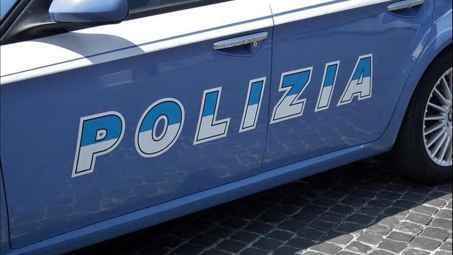 16-09-2021_bimbo_conteso_botte_davanti_alla_scuola_elementare_a_cagliari_.html