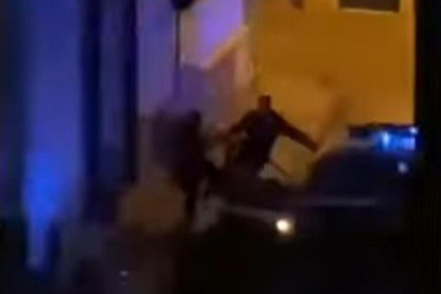 Ragazzino in giro dopo il coprifuoco, il carabiniere lo prendea calci