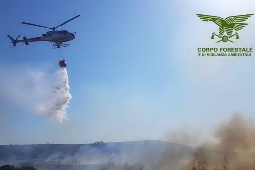 Elicottero in azione per spegnere le fiamme (foto Corpo forestale)