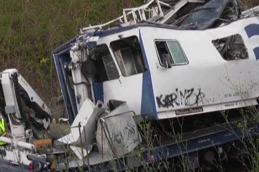 Treno deragliato, ci sono morti e feriti