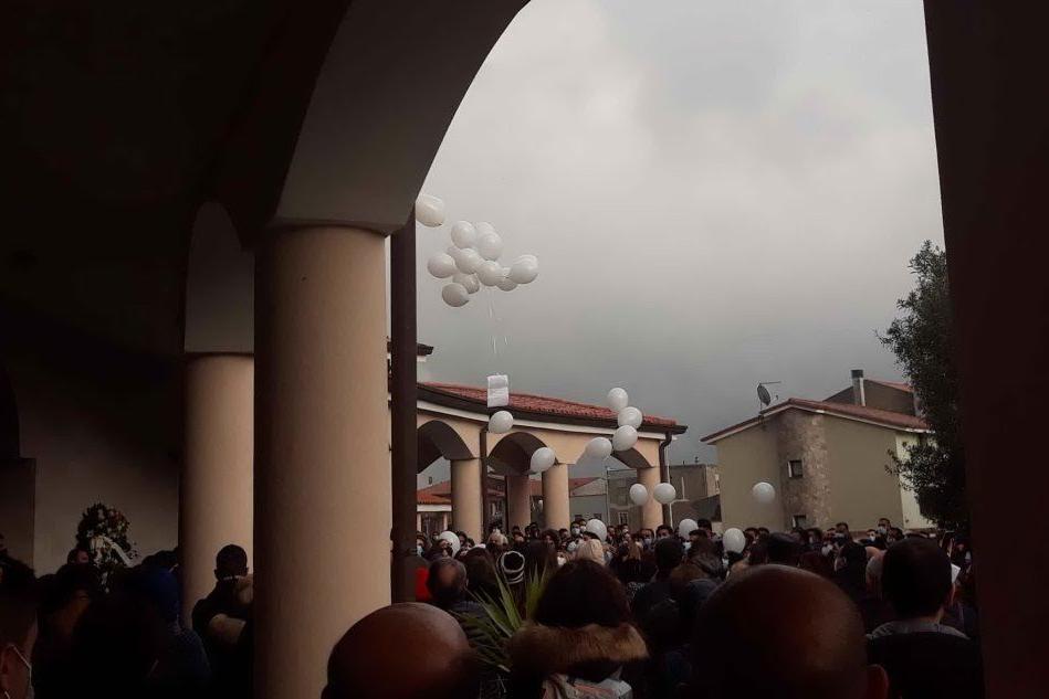 Macomer: centinaia di persone, con palloncini e fiori bianchi, per l'addio a Sara