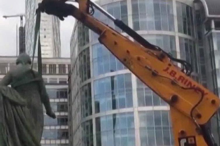 Londra, rimossa la statua di un mercante di schiavi
