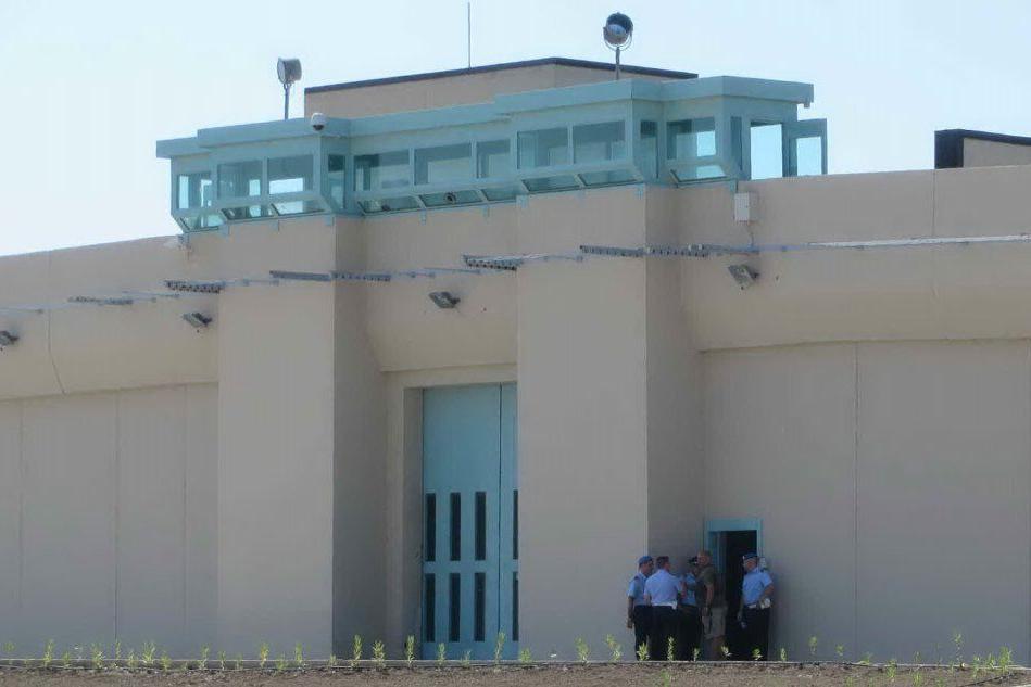 Sassari, detenuto dà fuoco al materasso e scatena un incendio: intossicati tre agenti