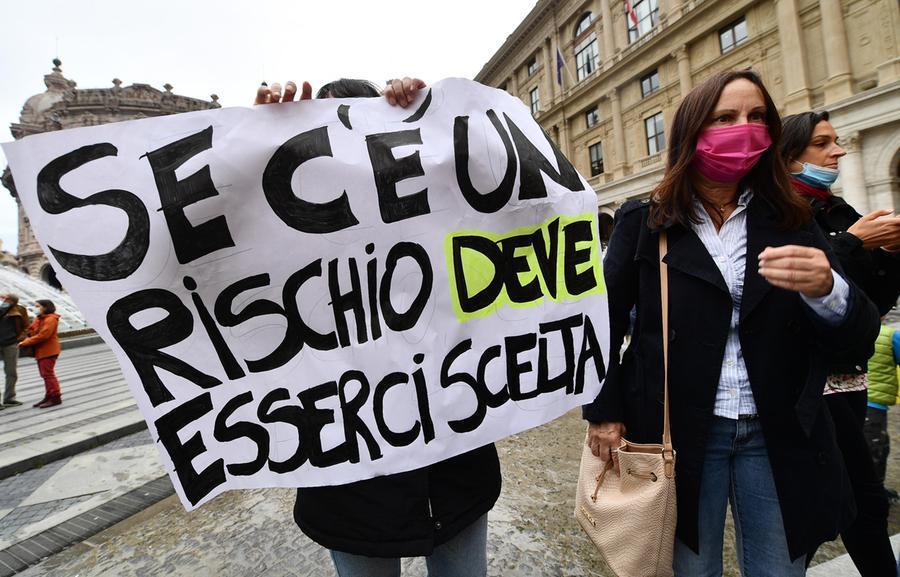 Manifestazione\u00A0contro l'obbligo vaccinale per i sanitari (foto Ansa)