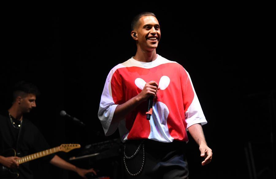 """Mahmood, sul palco diAlghero la dedica speciale: """"A mia madre e a questa Isola"""""""