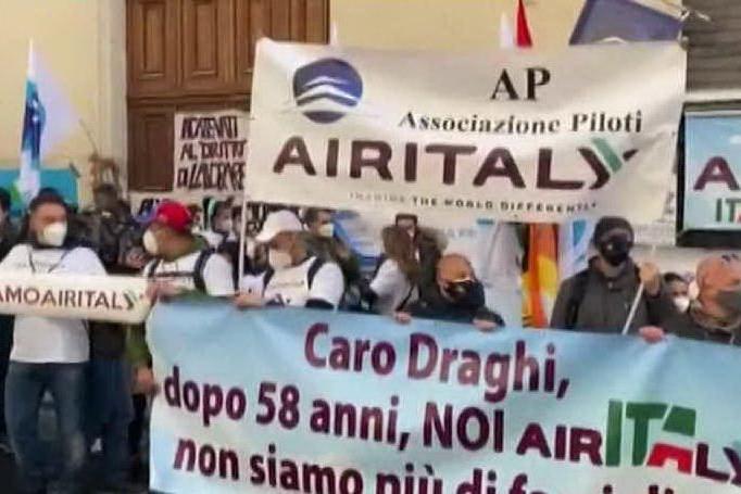 """Lavoratori di Air Italy al sit-in sui trasporti: """"Non fateci morire"""""""