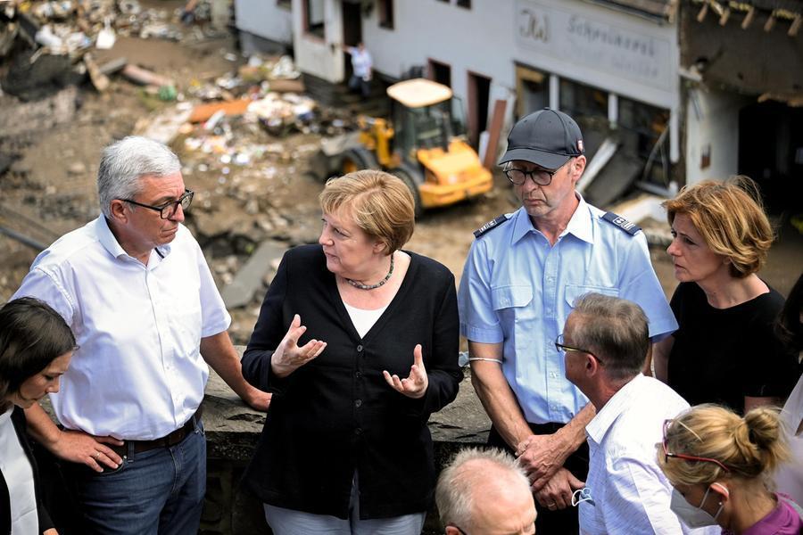 La cancelliera Angela Merkel nei luoghi dell'alluvione (Ansa-Epa)