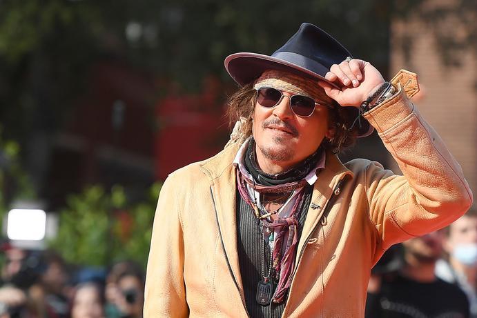 """Roma, Johnny Depp bloccato dai fan in hotel: """"Sono loro i miei datori di lavoro"""""""