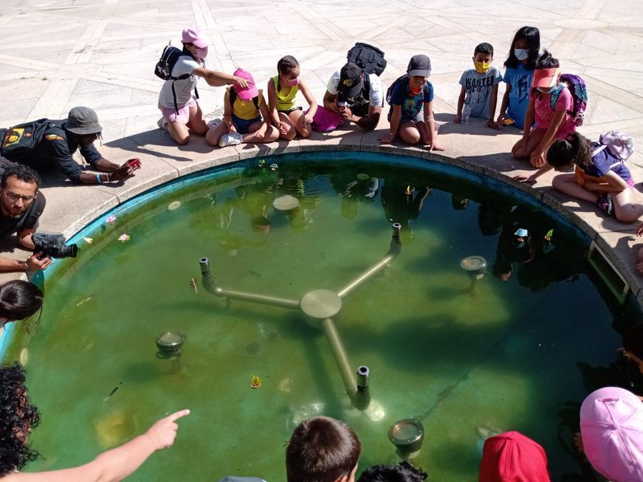 Bambini attorno alla fontana della piazza Asproni (foto concessa)