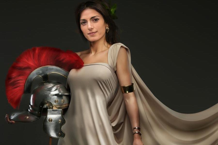 """""""Virginia, avanti con coraggio"""": Grillo posta l'immagine diRaggi-gladiatrice"""