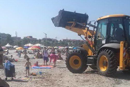 Alghero: ruspa in spiaggia nell'ora di punta, protestano i bagnanti