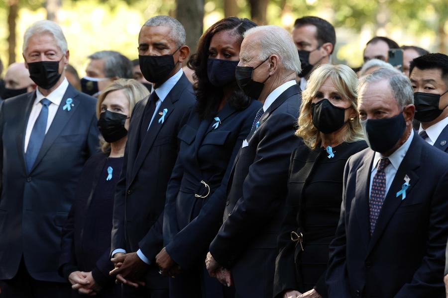 Biden commemora le vittime dell'11 settembre a New York, assieme agli ex presidente Clinton e Obama. Con loro anche Hillary Clinton e Michelle Obama (Ansa)