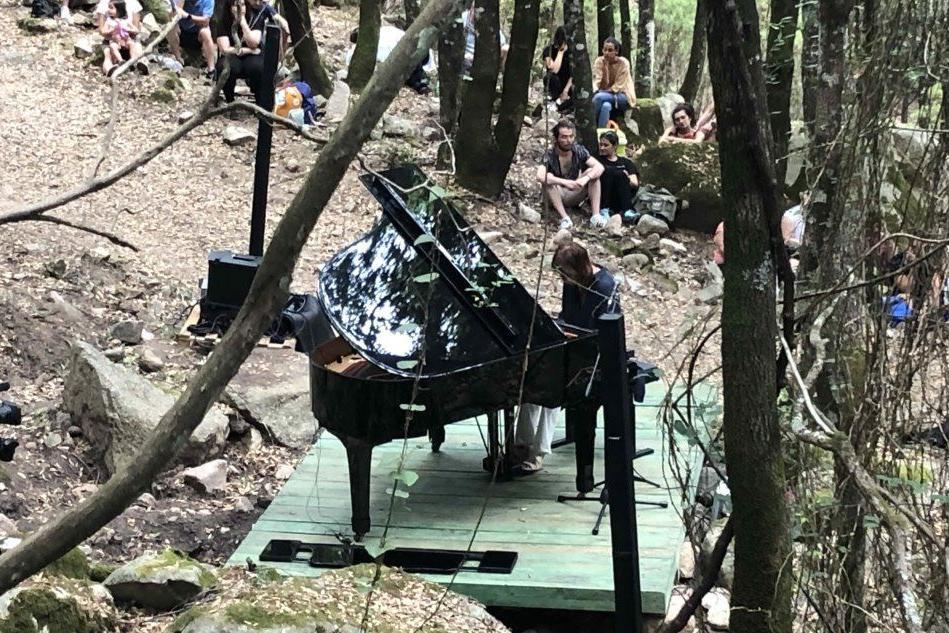 La pianista Marcotulli suona tra i boschi di Monti Nieddu