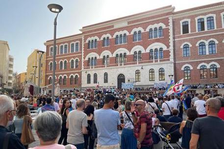 """""""Lanciamo uova ai politici"""": l'appello sulle chat no-vax, anche a Cagliari"""