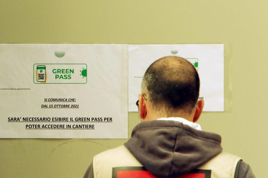 Al lavoro senza Green pass: multe fino a 1.500 euro e stop allo stipendio