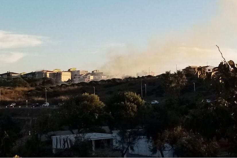 Porto Torres,fiamme nella vallata vicino al parco