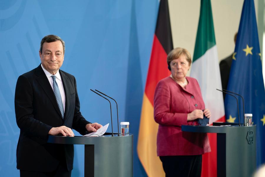 Mario Draghi e Angela Merkel (Ansa)