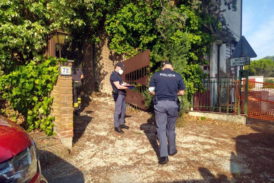Tre corpi in avanzato stato di decomposizione ritrovati in una villetta