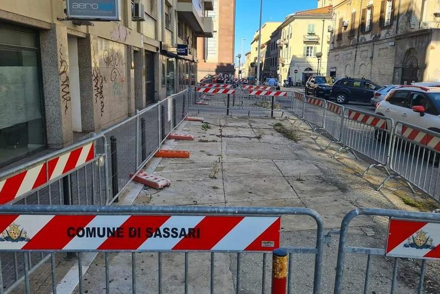Sassari, marciapiede della centralissima via Mazzini transennato da 5 anni