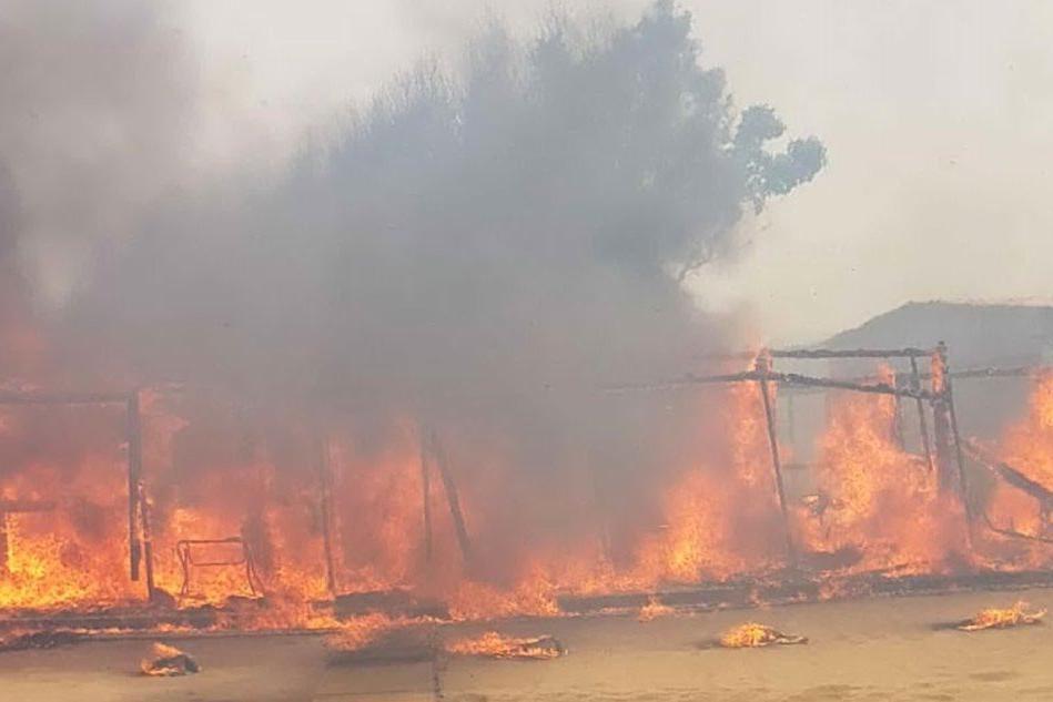 Incendio sulla spiaggia di Catania, bagnanti evacuati con i gommoni