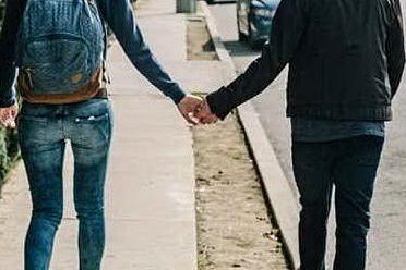 A passeggio con la fidanzata: 19enne gambizzato per strada