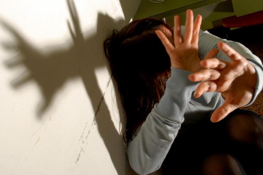 Olbia, violenta e perseguita la compagna: condannato a 9 anni