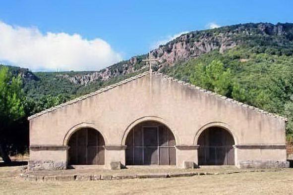 La chiesetta campestre di Santa Prisca a Pau (foto Antonio Pintori)