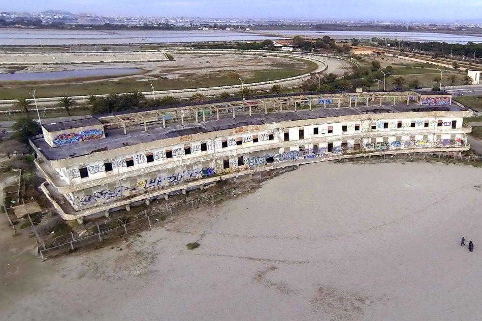 Il rudere dell'ex ospedale Marino sulla spiaggia del Poetto
