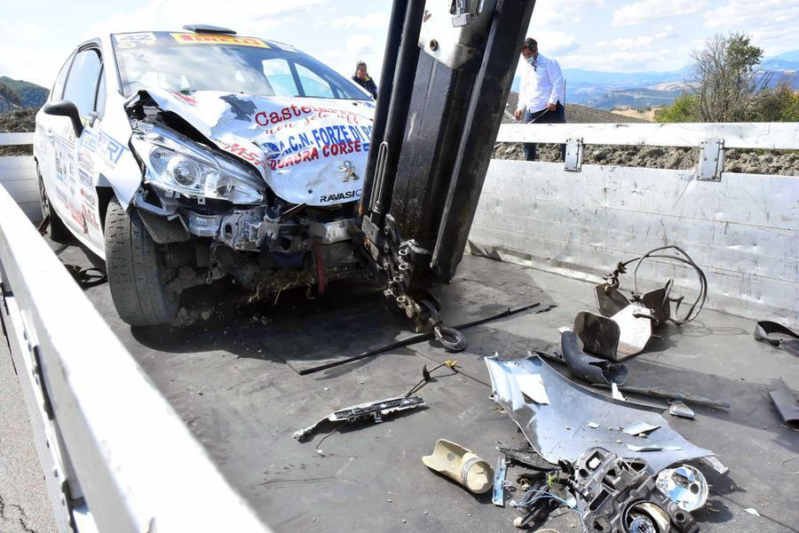 Tragedia durante la gara di rally, auto travolge e uccide due giovani spettatori