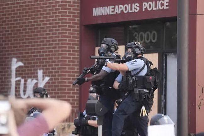 Tensione alle stelle a Minneapolis, assediato Dipartimento di Polizia