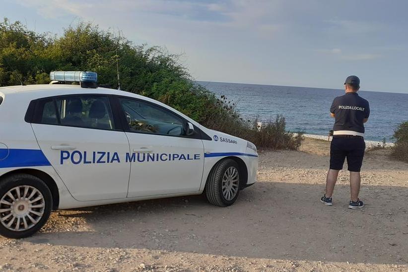I vigili a presidio della spiaggia (Foto Tellini)
